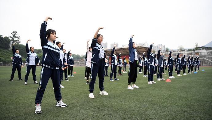 穿校服做体能训练,展现青春该有的活力!